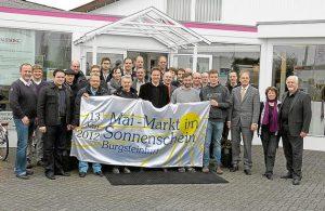 Auf Einladung von Heinz Palstring (r.) hat sich am Dienstagabend ein Großteil der Firmenvertreter getroffen, der am Mai-Markt im Sonnenschein teilnehmen wird. Foto: Drunkenmölle