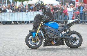 Axel Winterhoff gab während seiner Motorrad-Stuntshow richtig Gummi und zeigte halsbrecherische Akrobatik auf zwei Rädern. Foto: Drunkenmölle